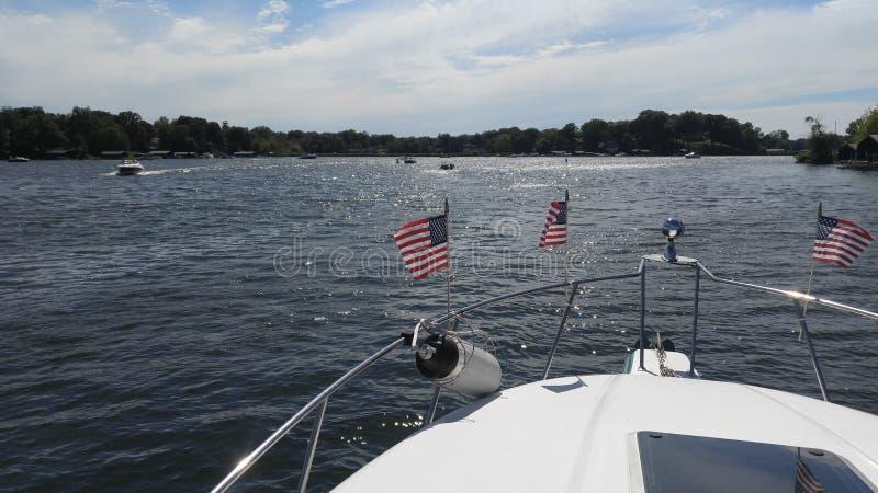 Смычок шлюпки на озере на четверти от июля стоковая фотография rf