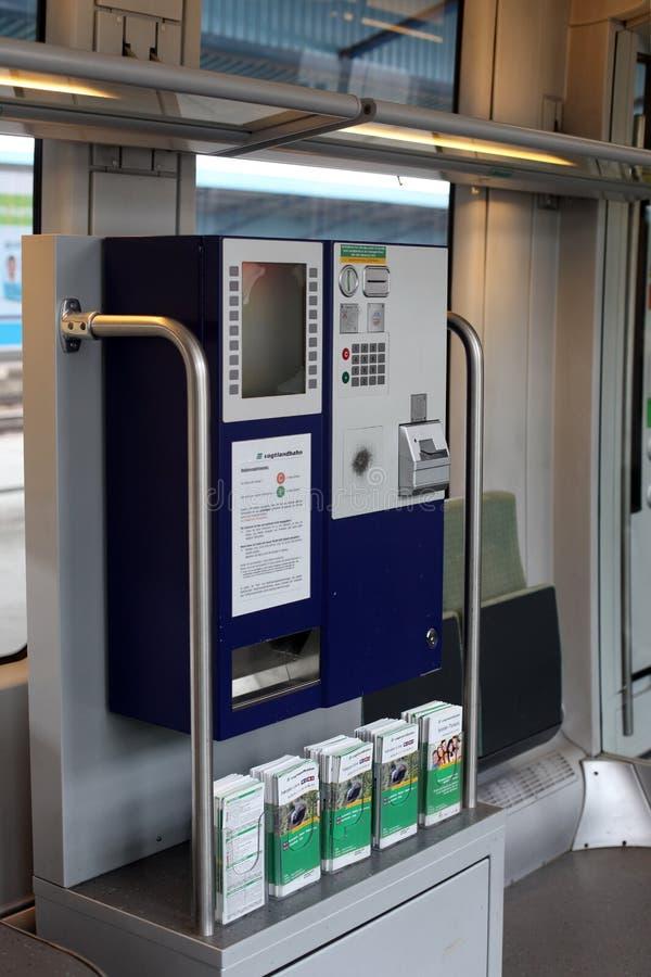 Снабжает машину билетами продажи в поезде стоковое изображение rf