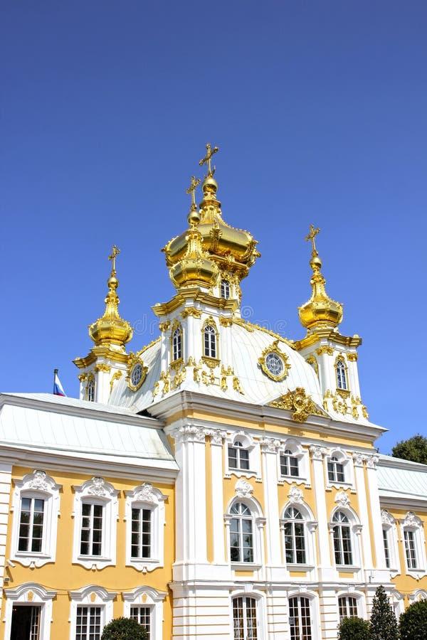 Снабжение жилищем церков грандиозного дворца в Peterhof стоковые изображения