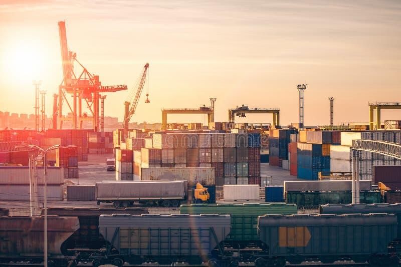 Снабжение и концепция транспорта и доставки грузового корабля Контей стоковые фото