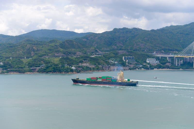 Снабжение и транспорт шлюпки груза контейнера в гавани Виктория стоковые изображения rf