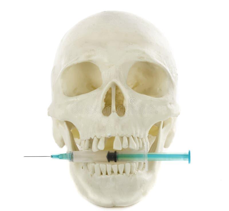снадобья принципиальной схемы изолировали белизну шприца черепа стоковое фото rf