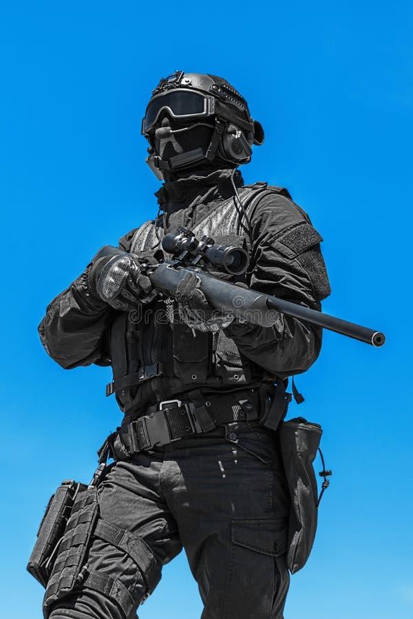 Снайпер полиции в действии стоковое изображение
