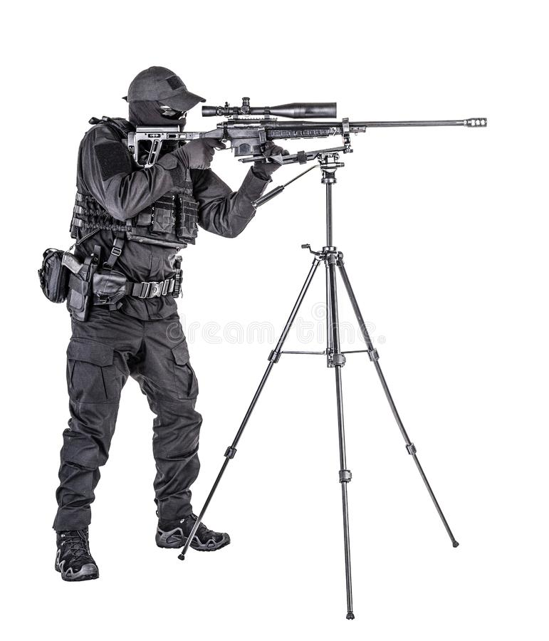 Снайпер СВАТ полиции направляя с всходом студии винтовки стоковые фото