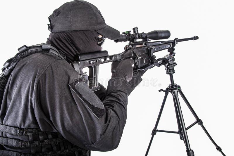 Снайпер СВАТ полиции направляя с всходом студии винтовки стоковые изображения rf