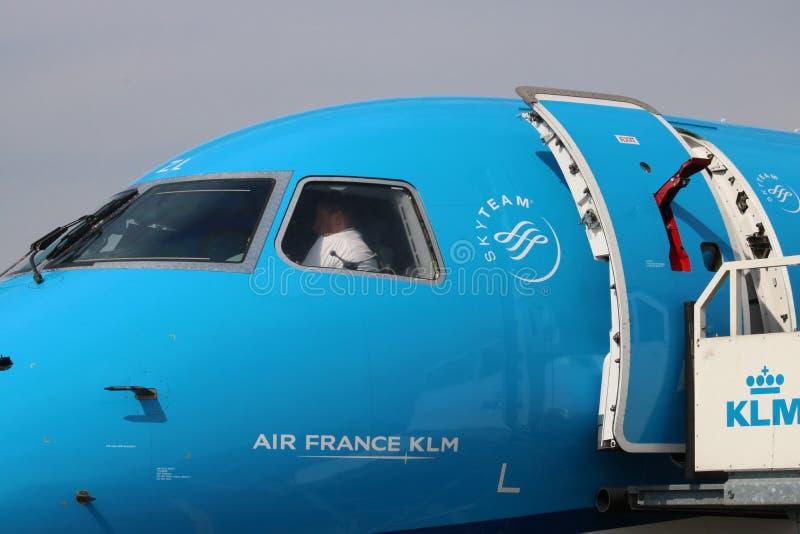 Снаружи арены, воздушного судна KLM Embraer стоковое изображение