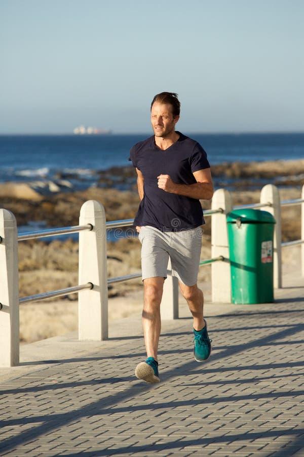 Снаружи полного человека спорт тела здорового идущее стоковое изображение rf
