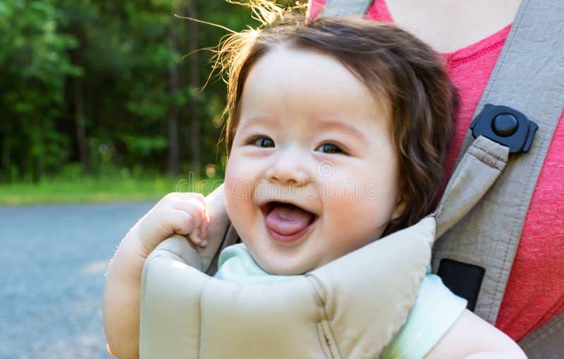 снаружи ребёнка счастливое стоковые фото