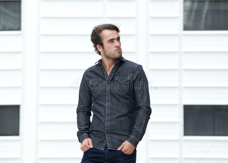 Снаружи холодного парня стоящее стоковое фото rf