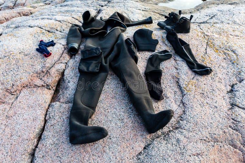 Снаряжение для подводного плавания сушит после нырять на каменном seashore стоковая фотография