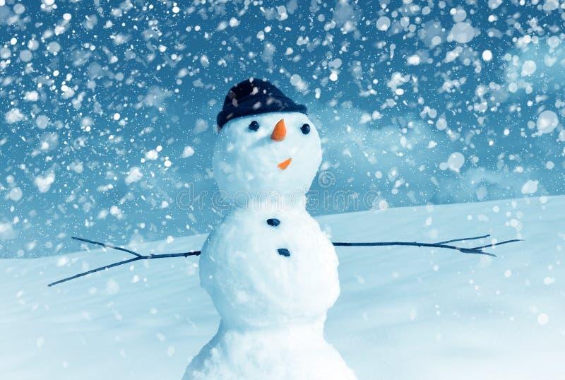 Снеговик в крышке и снежке santa стоковые фотографии rf
