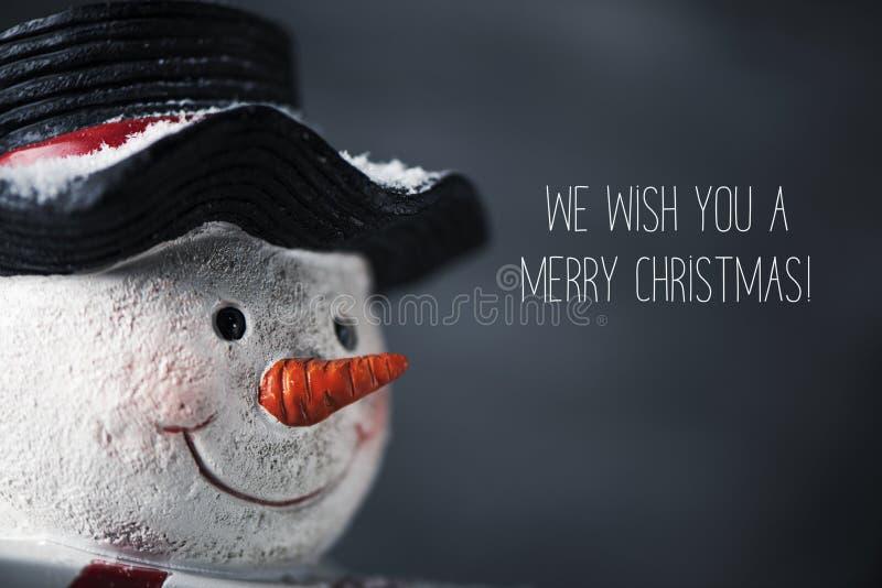 Снеговик и текст мы желаем вам веселое рождество стоковое фото rf