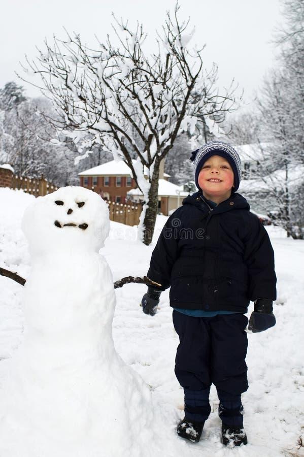 снеговик мальчика стоковое фото rf