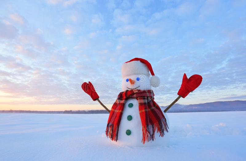 Снеговик наблюданный синью Восход солнца просвещает небо и облака теплыми цветами Отражать на снеге caucasus заволакивает ushba н стоковые изображения