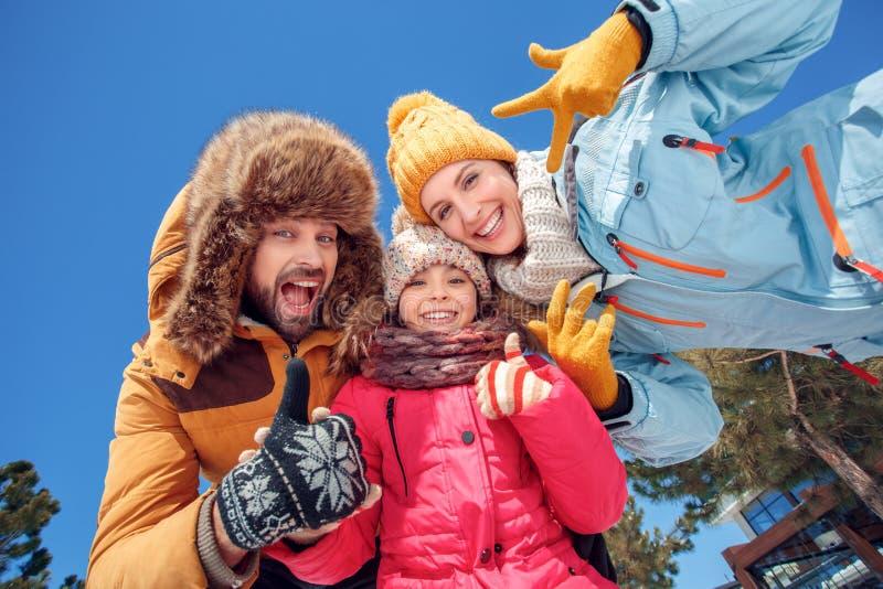 снеговик песка океана пляжа предпосылки экзотический сделанный тропическая зима белизны каникулы Время семьи совместно outdoors п стоковое изображение rf
