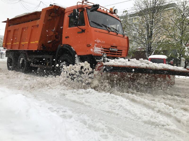 Снегоочиститель Kamaz на улице Кишинева после сильного снегопада стоковое изображение