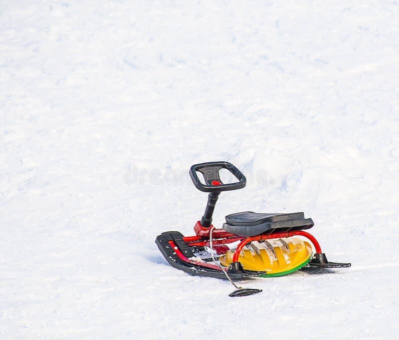 Снегоход скелетона детей в снеге стоковое изображение