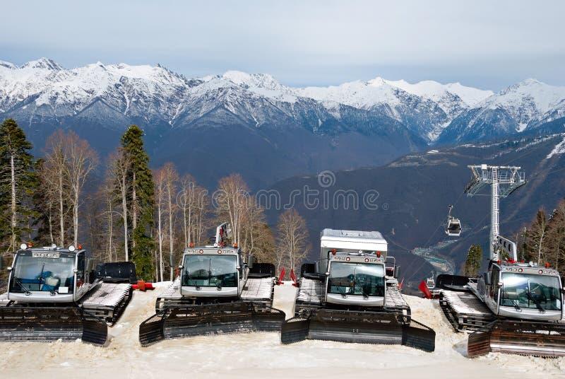 Снегоходы в месте для стоянки лыжного курорта стоковые фотографии rf