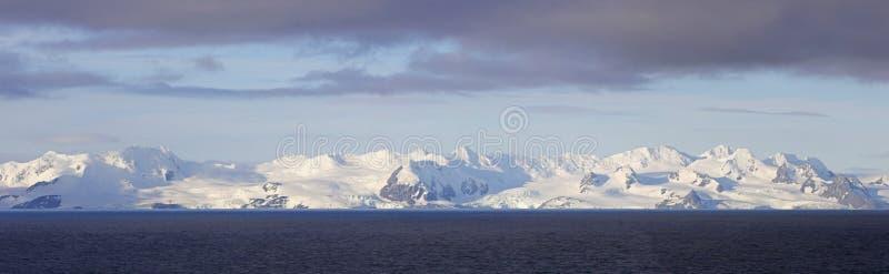 Снег Антарктики покрыл горы, стежок 4 фото панорамный Облака шторма и голубое небо стоковая фотография
