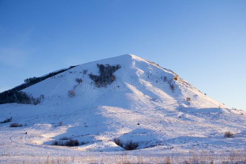 Снег зимы покрыл гору стоковое изображение rf