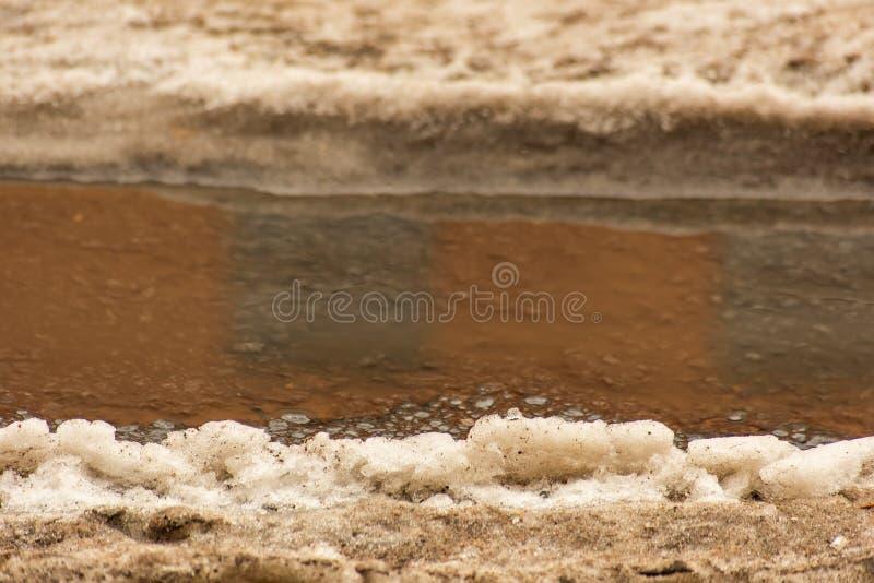 Снег и влажный асфальт стоковое изображение rf