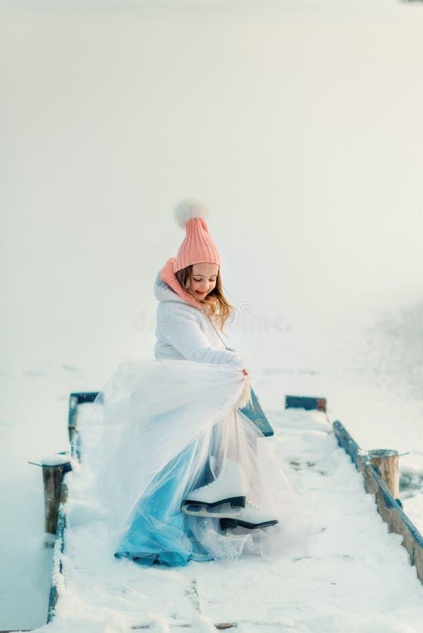 Снег и маленький конькобежец стоковое фото