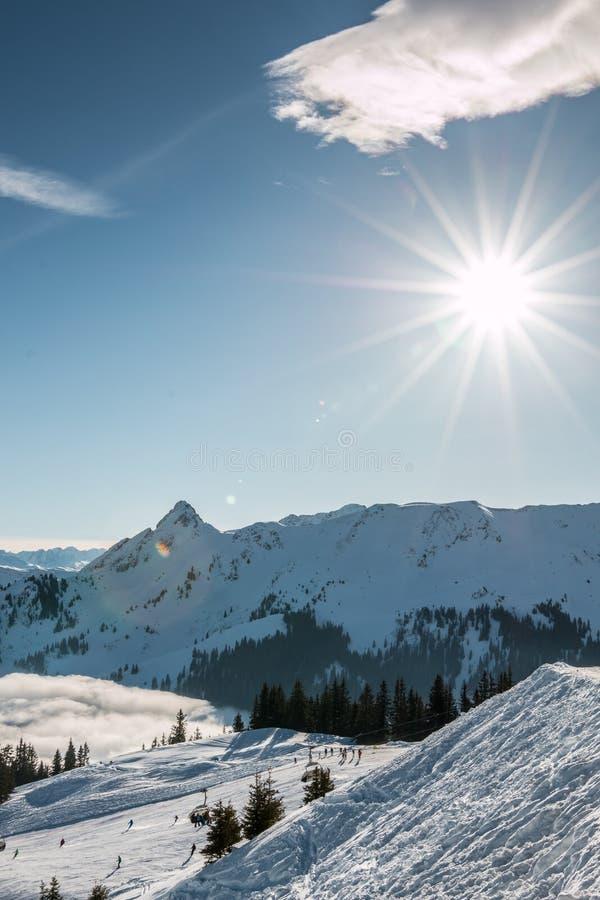 Снег и солнце на верхней части гор и тумана вниз с долины стоковые изображения rf