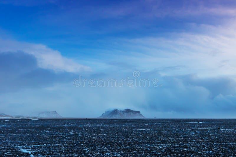 Снег красивого ландшафта зимы ветреный и покрытый в Исландии стоковые изображения rf
