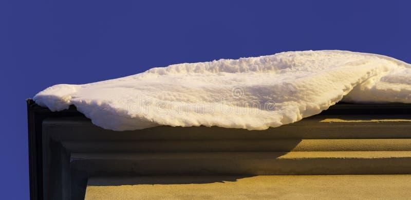 Снег на крае крыши стоковое фото