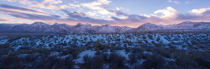 Снег панорамы на красном заходе солнца национального парка каньона утеса стоковые изображения
