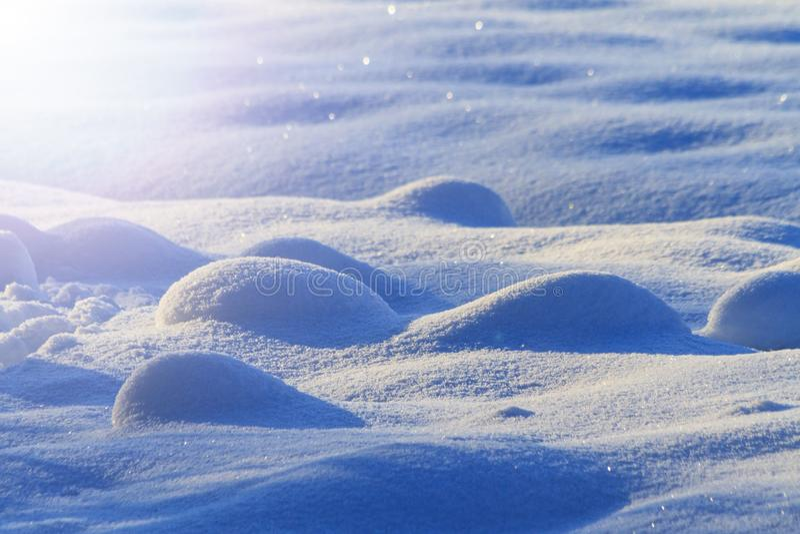 Снег перемещается с выпуклыми холмами с солнечной Точкой доступа стоковые изображения rf