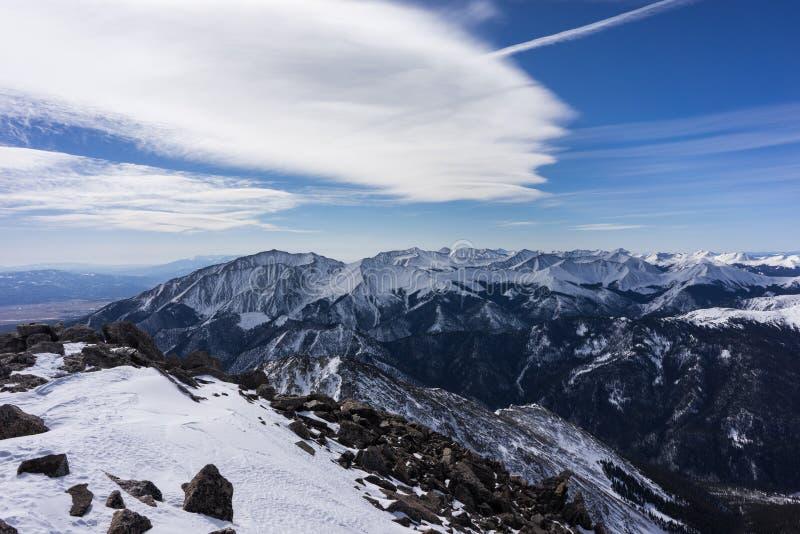 Снег покрыл взгляд зимы от саммита Mt Ейль, горы Колорадо скалистые стоковая фотография