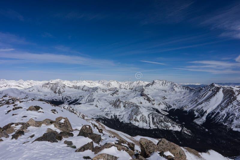 Снег покрыл взгляд зимы от саммита Mt Ейль, горы Колорадо скалистые стоковые фотографии rf