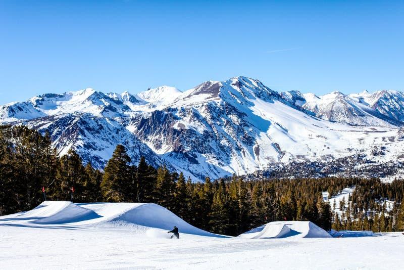 Снег покрыл горы в высокой мекке спорт зимы Сьерры от Калифорнии -го июня и Mammoth Mountain, США стоковое изображение rf