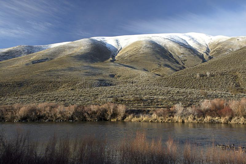 Снег покрыл горы в центральном Вашингтоне стоковое изображение