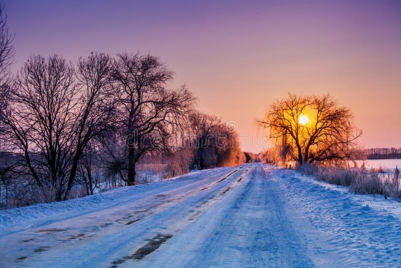 Снег покрыл дорогу на восходе солнца стоковые изображения