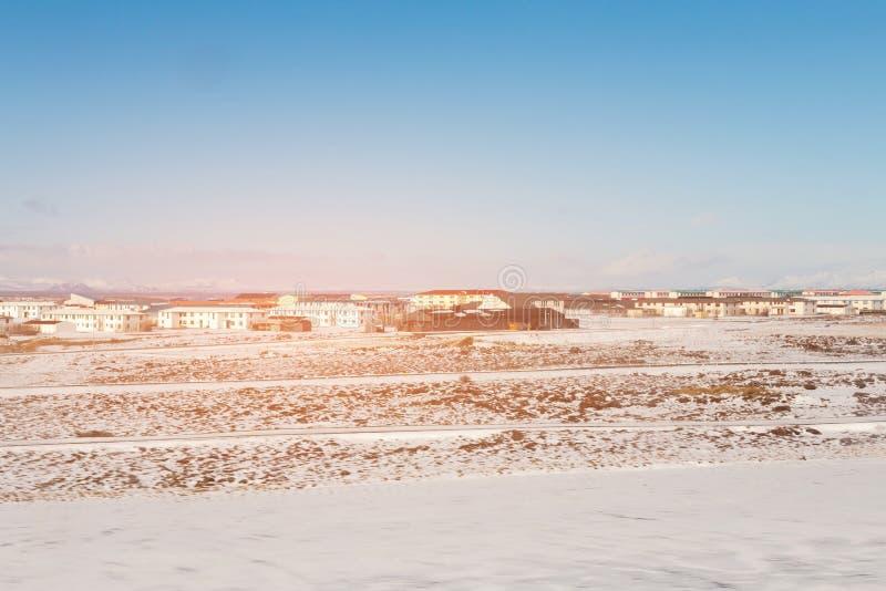 Снег покрыл естественный ландшафт с ясным голубым небом стоковая фотография rf