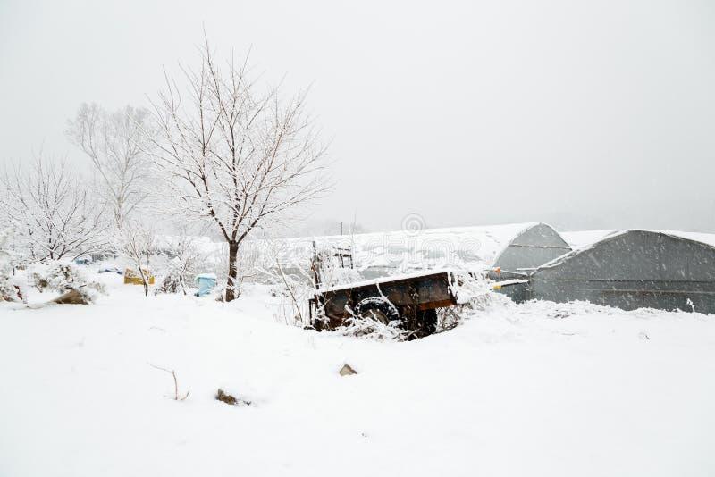 Снег покрыл сельскую деревню фермы в зиме стоковое фото rf