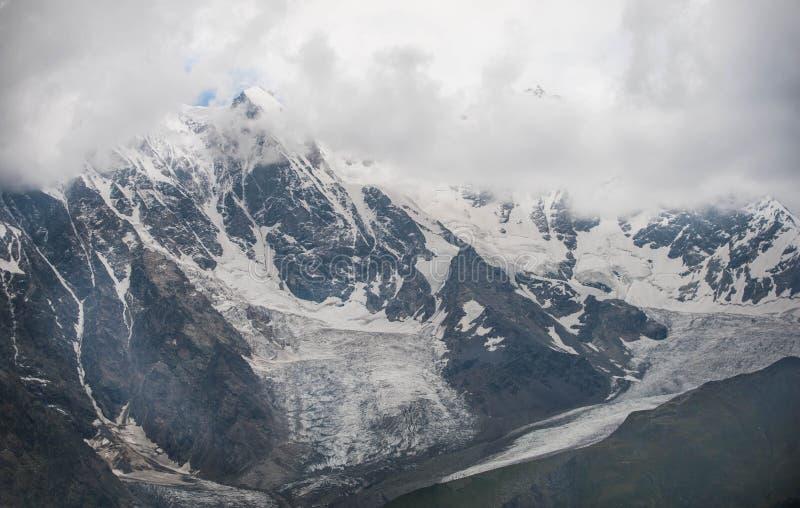 Снег-покрытые горы в Georgia стоковые изображения