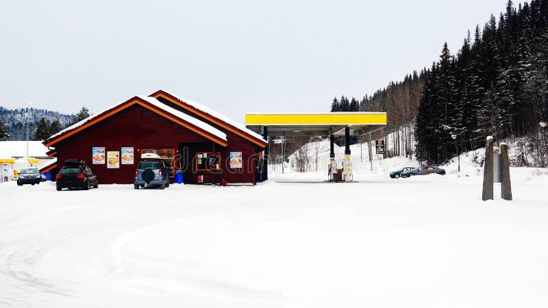 Снег покрыл бензоколонку стоковые изображения