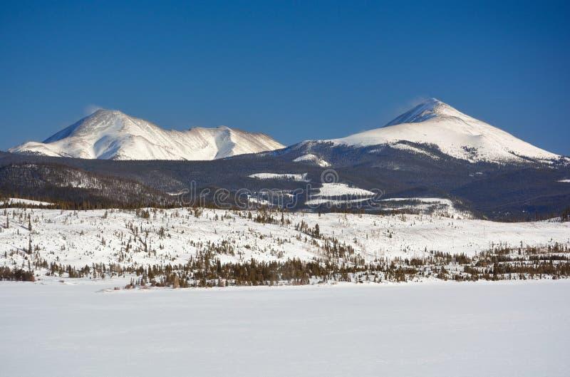 Снег 2 покрыл горные пики на холодный зимний день стоковое изображение
