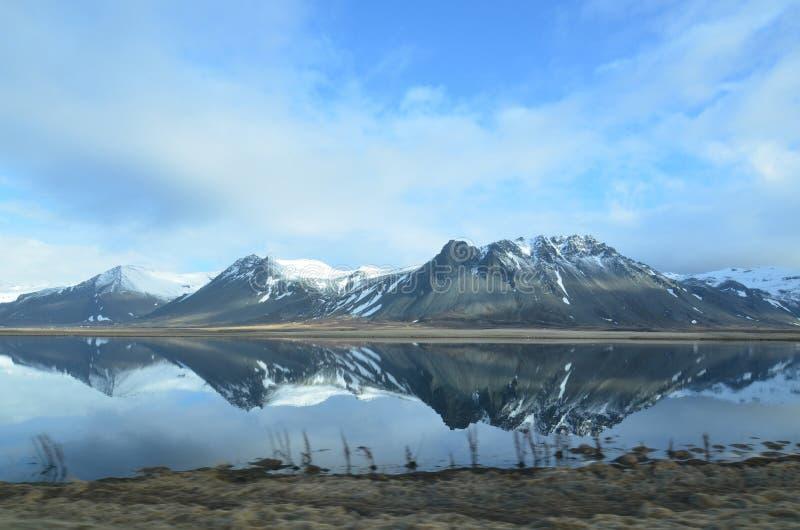 Снег покрыл горы в Исландии отражая в воде стоковые фотографии rf