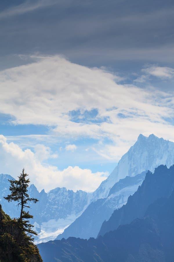 Снег покрыл горы и скалистые пики в французских Альпах стоковое фото