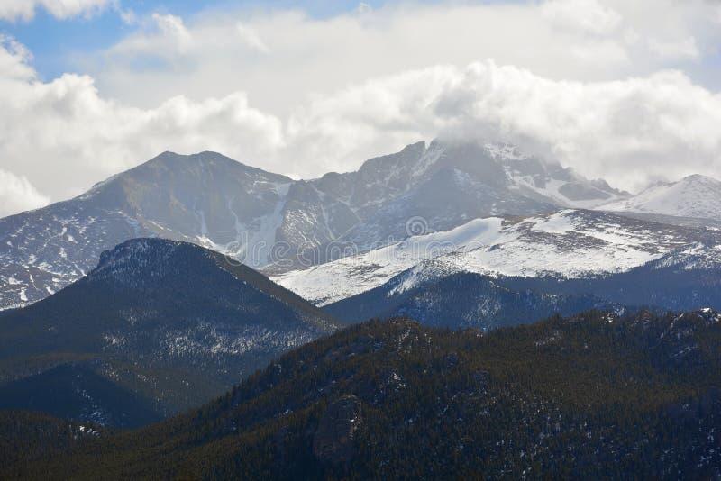 Снег покрыл горы с вздымаясь белыми облаками стоковое фото rf