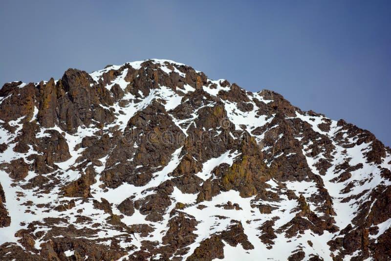 Снег покрыл каменную гору утеса стоковая фотография rf