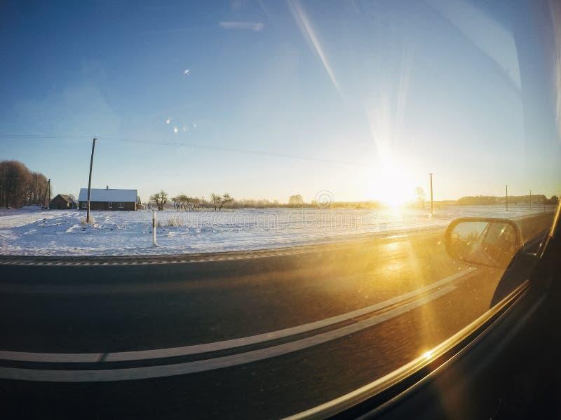 Снег привода roadtrip автомобиля зимы дороги захода солнца стоковые фотографии rf