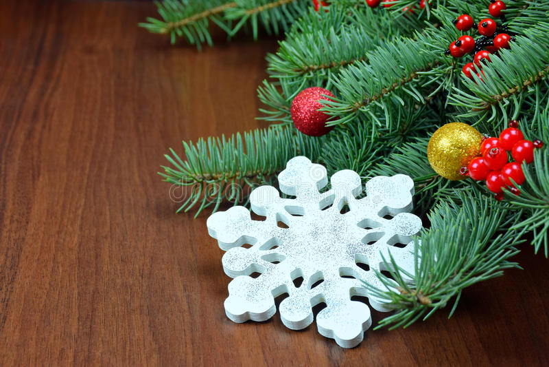 Снежинка ручной работы на ветвях рождественской елки стоковое изображение rf