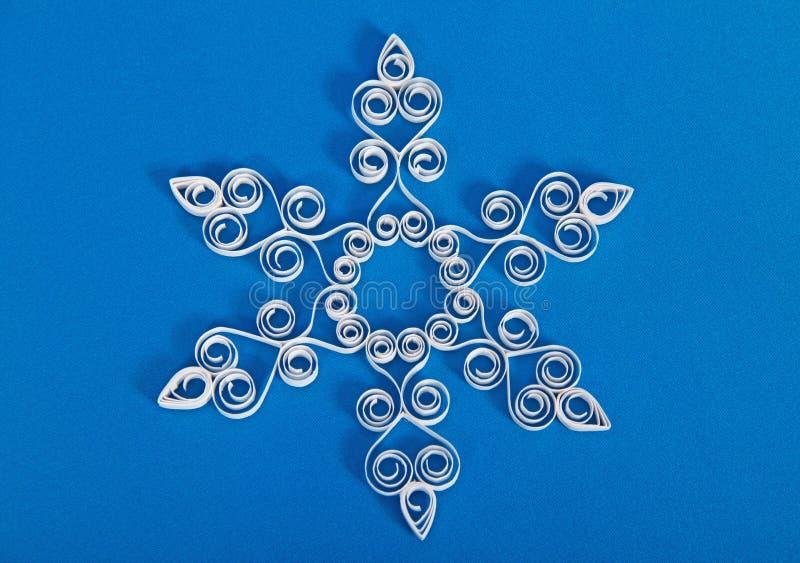 Снежинка с quilling на голубой предпосылке стоковое изображение