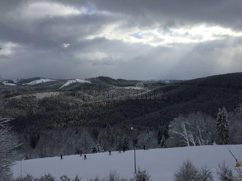 Снежк-покрытые горы стоковая фотография rf