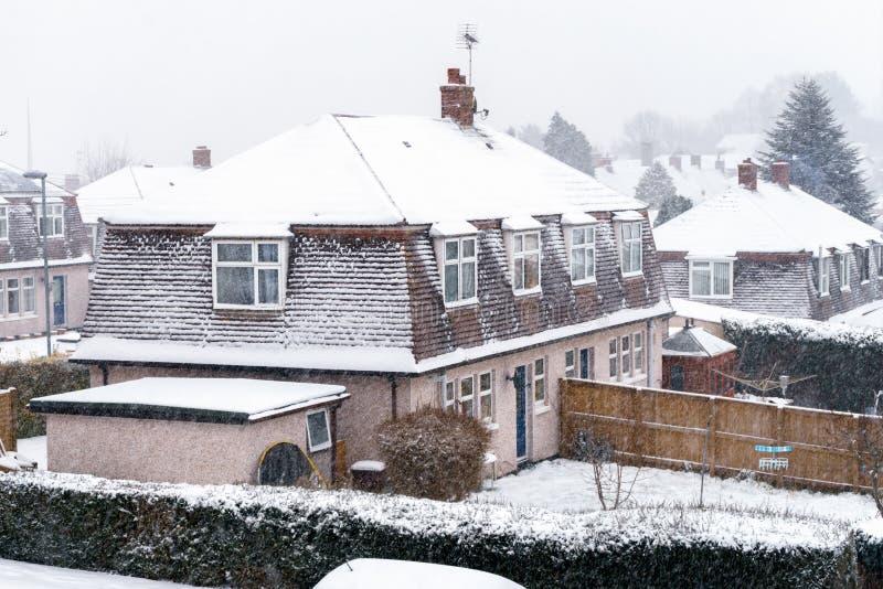 Снежности в Девоне, Crediton, Англии Муниципальный жилой дом в снеге 1-ое марта 2018 стоковая фотография
